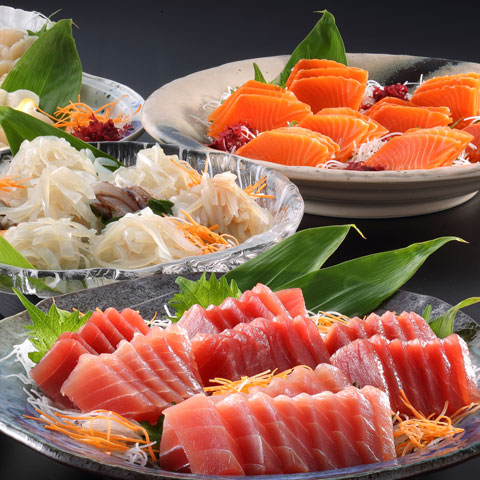 Seasonal of sliced raw fishes